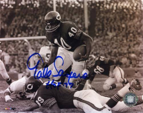 "Gale Sayers Chicago Bears Autographed 8"" X 10"" Horizontal Black And White Photograph With HOF 77 Inscription - Pro Jersey Sports"