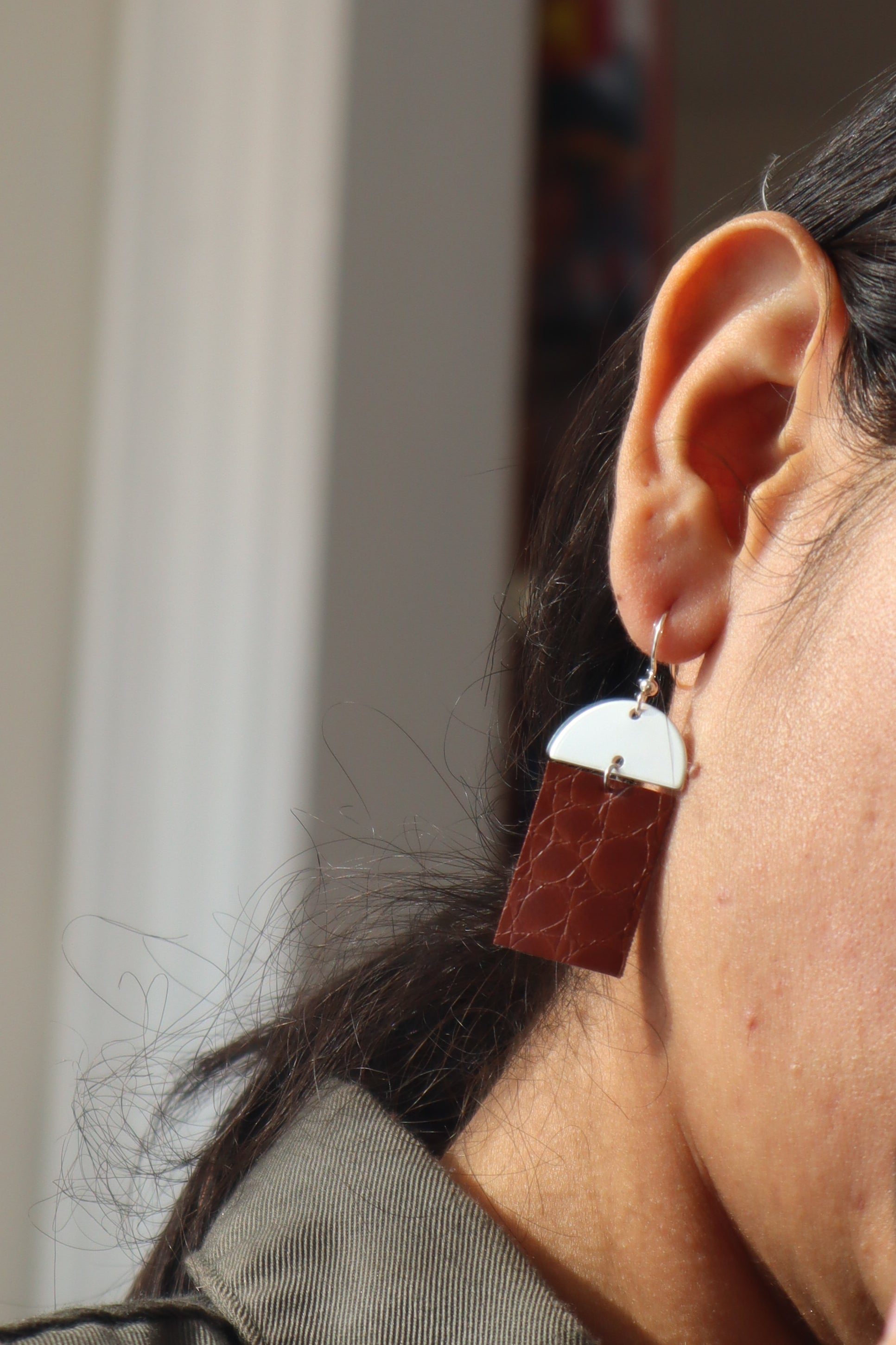 Milla earrings single demilune in tan