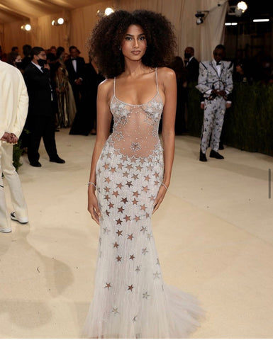 girl at metgala with curly hair