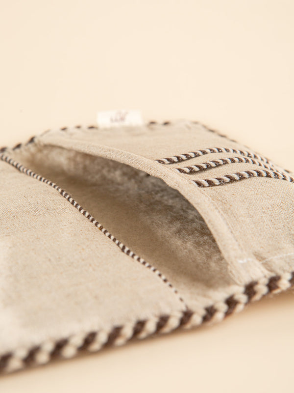 This wallet is made of natural fibers and has a minimalist style