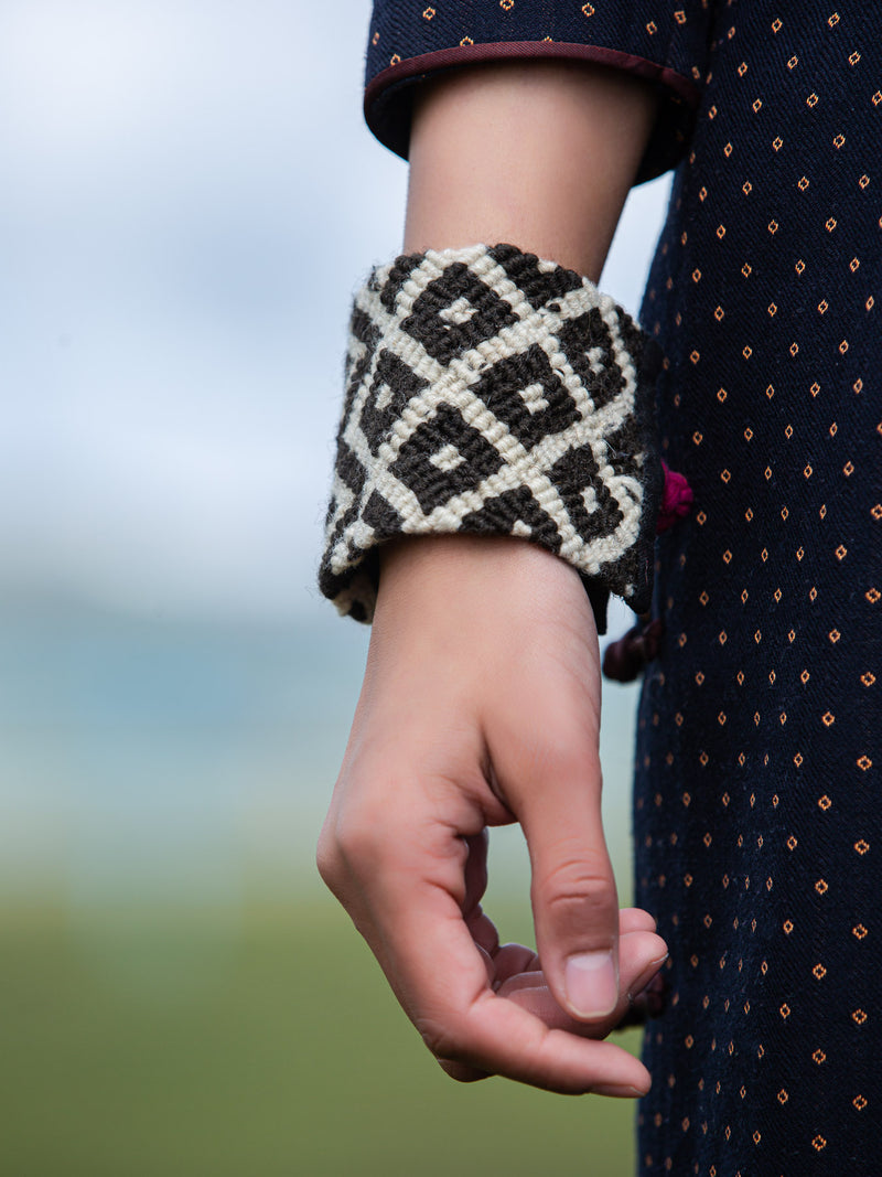 Ethnic hand-woven wristbands, natural fibers, protect the wrists, both practical and fashionable.