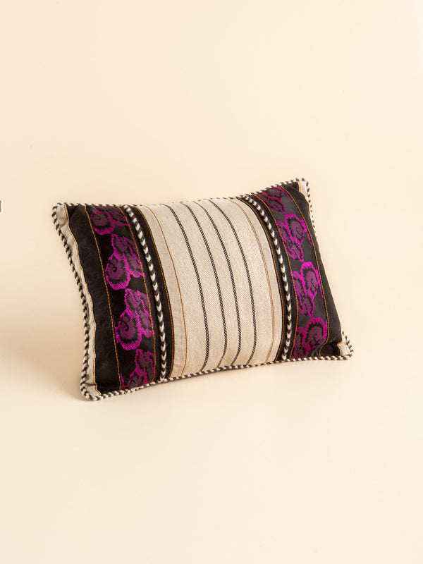 The combination of tradition and fashion, hand-woven lumbar pillow, beautiful and comfortable.