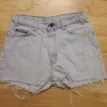Load image into Gallery viewer, Vintage Levi's Women's Jean Shorts 560 Waist 32