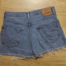 Load image into Gallery viewer, Vintage Levi's Women's Jean Shorts 550 Size 32
