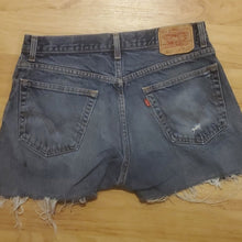 Load image into Gallery viewer, Vintage Levi's Women's Jean Shorts 517 Size 34