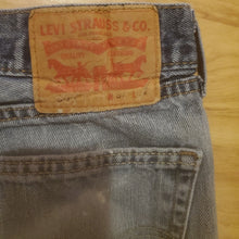 Load image into Gallery viewer, Vintage Levi's Women's Jean Shorts 505 Waist 32