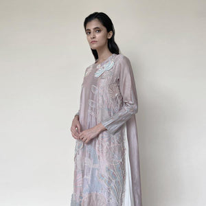 Cargar imagen en el visor de la galería, Embellished Kurt with front plate, wide pants and dupatta. The kurta has fine resham and pearl 3D embroidery that adds the elegance to the look. It's a look that works for day and night both.