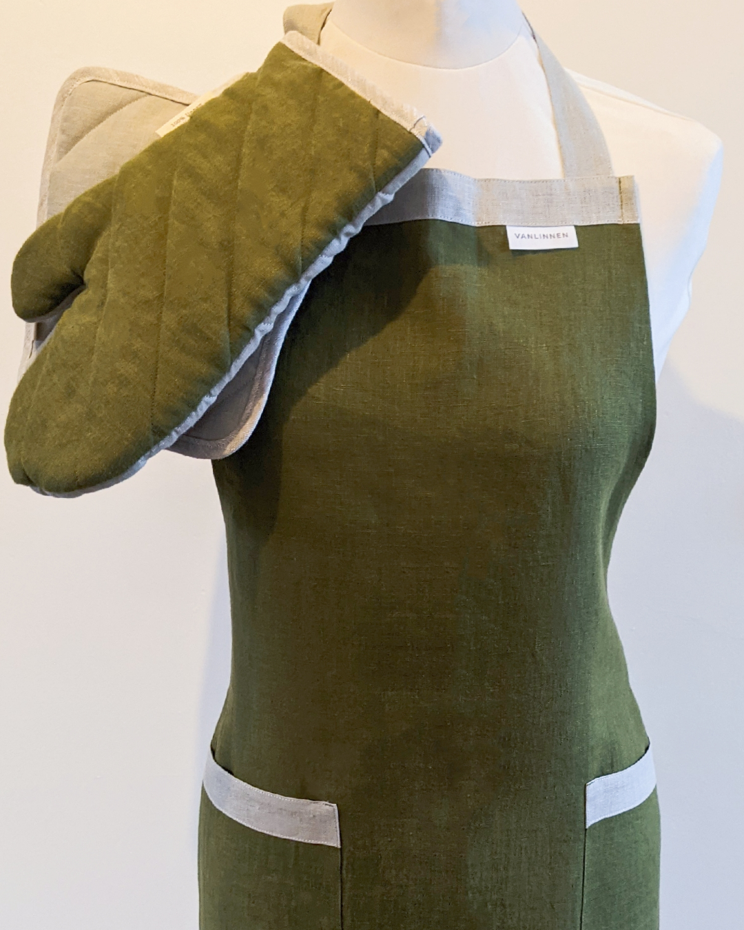 Linen apron in hunting green