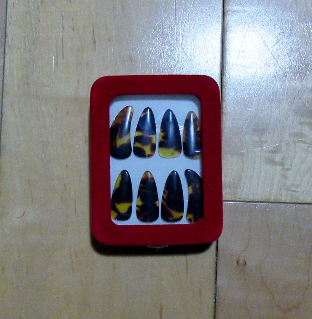 Guzheng nails  ( 8 pieces).  High grade. With beautiful case 古筝指甲,高级