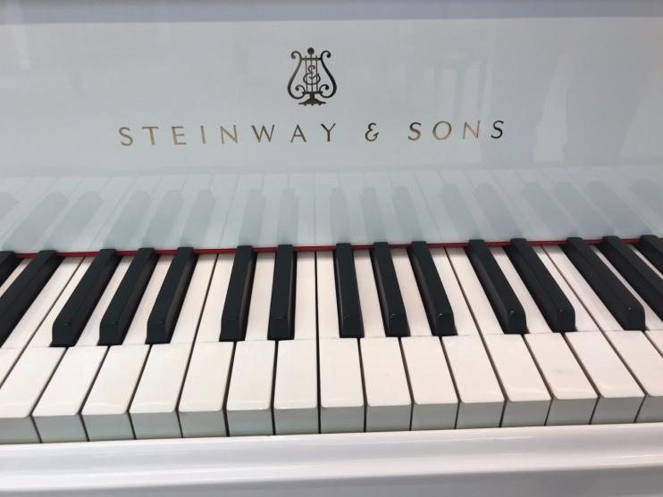 Steinway & Sons O-180 Wit 1