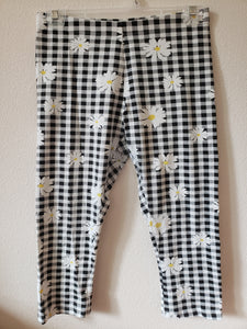 WONDER NATION  Size xl (14/16) black and white checkered leggings with daisies