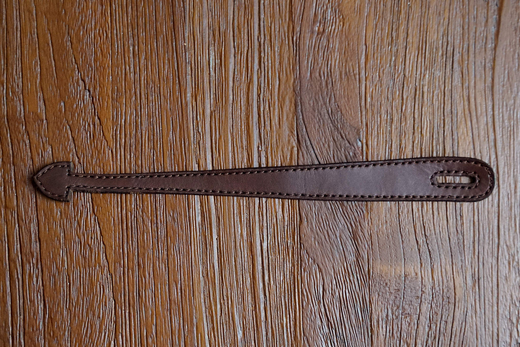 Complimentary leather headstock loop, note the design is not final, the loop you receive might have different details. Image for illustration only.