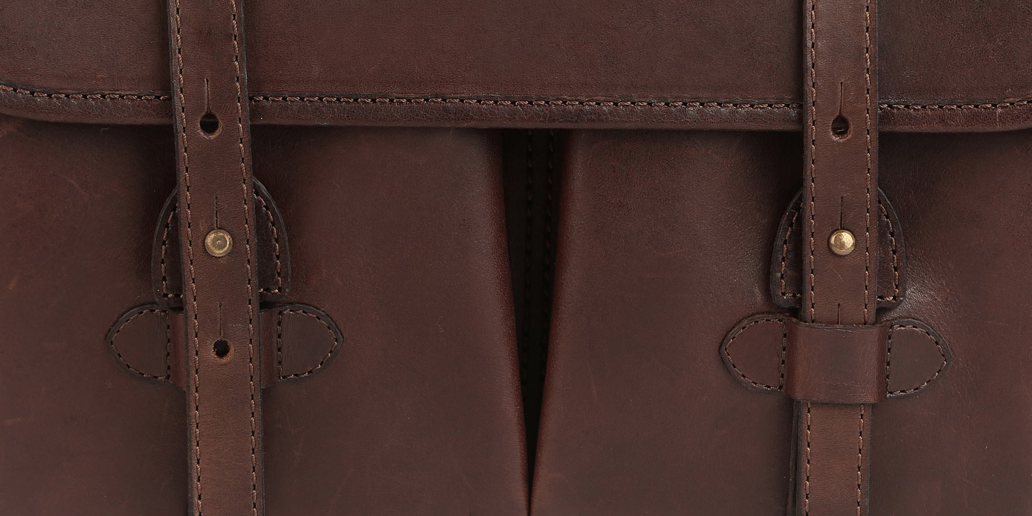 Two easy ways to close your bag. Use only the brass stud for fast access, or also the leather slot for security.