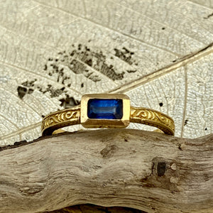 Blue Sapphire Ring in 18k Gold