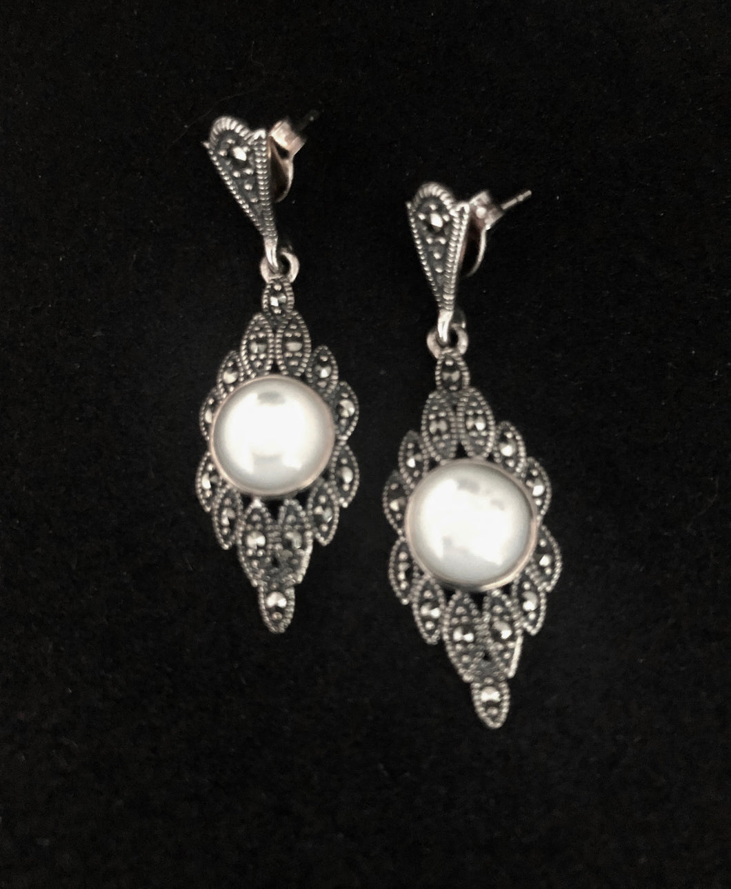 Earrings - DE1051    Stunning 925 Sterling Silver, Marcasite and Mother of Pearl Earrings