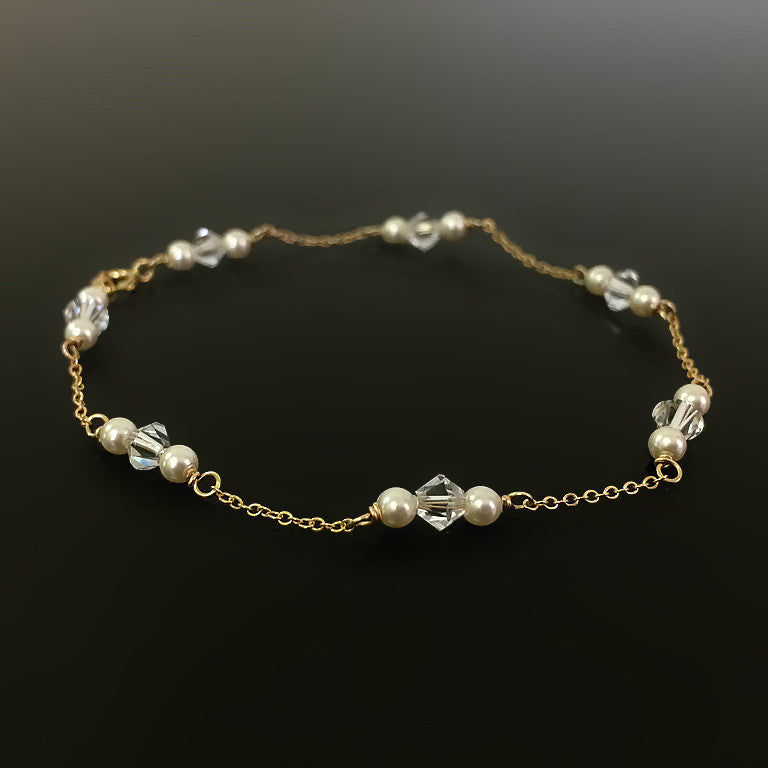dainty bracelet with gold chain and cream pearls