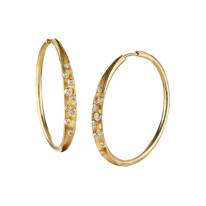 Hand forged hoop earrings in 18K yellow gold with diamonds