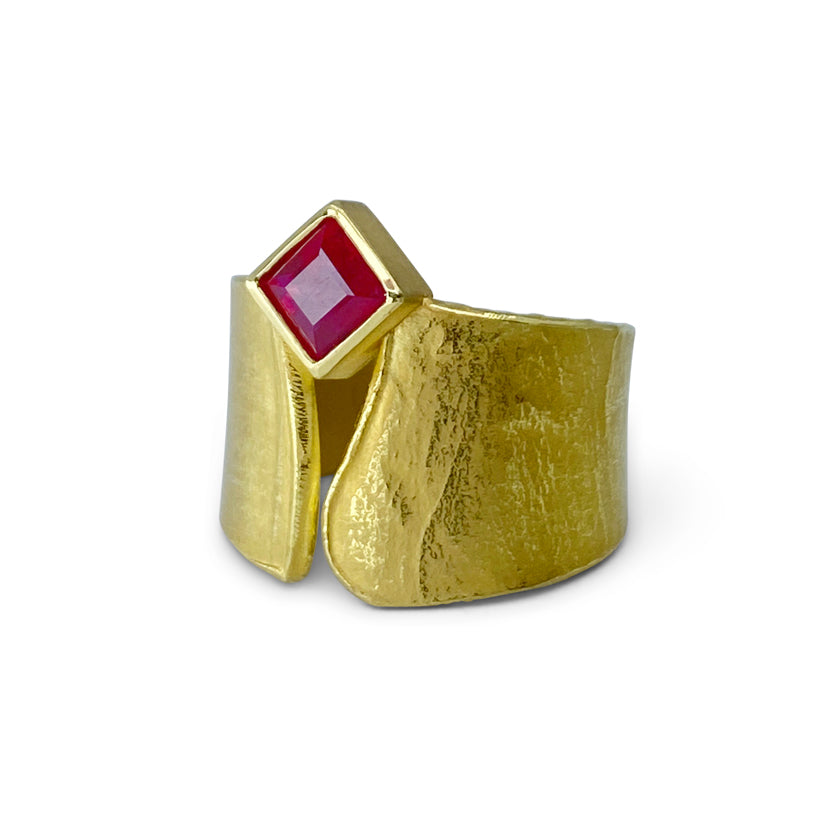 Wafer ring in 18K yellow gold with Ruby