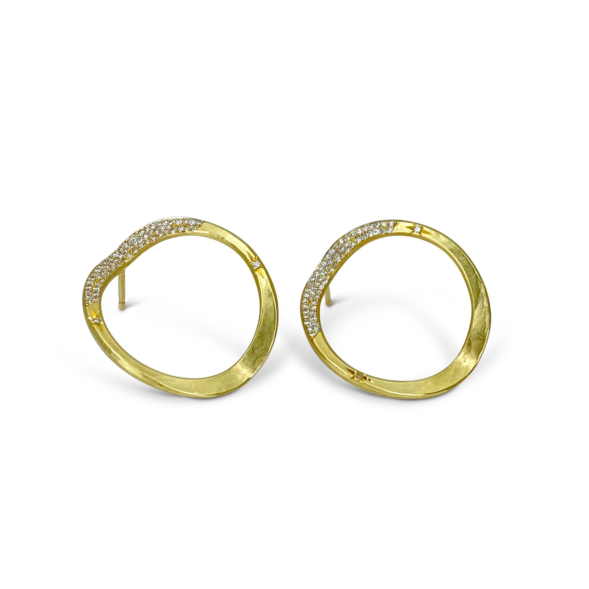 V forged hoop earrings in 18K gold and pave-set diamonds