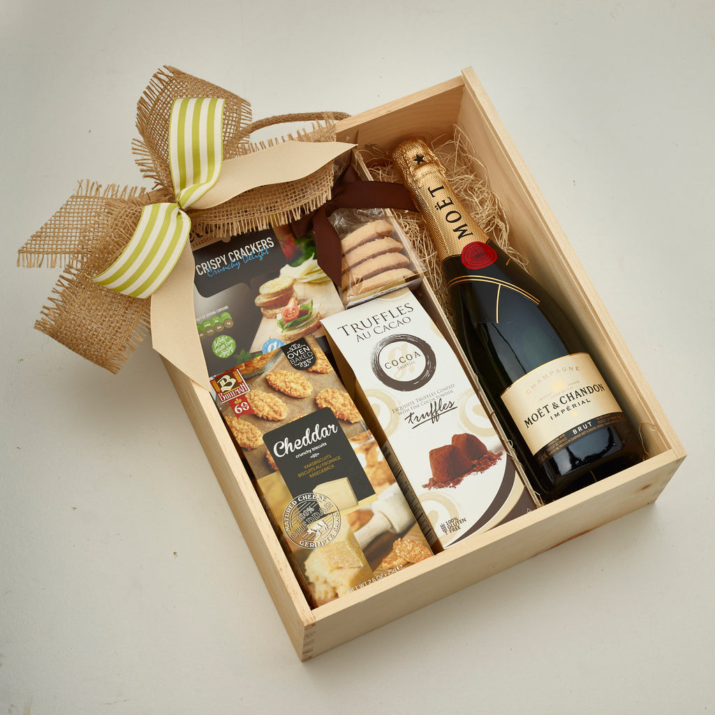 Wedding Gift Basket Ideas: Wedding Gift Box With Champagne To Say Congratulations