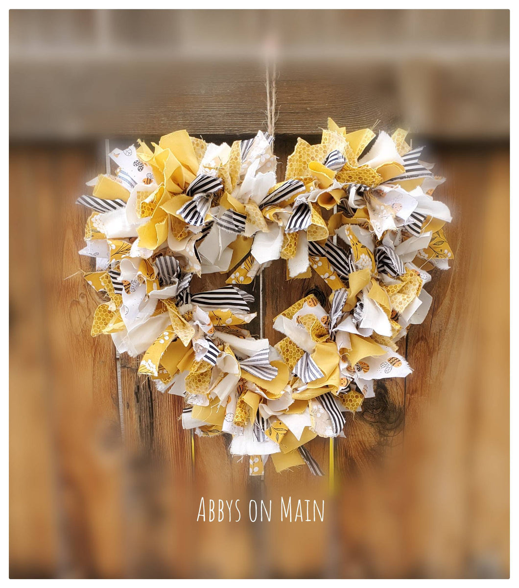 Bee wreath. Door wreath. Fall wreath. farmhouse decor. Shabby chic.  White and yellow wreath. Bumble bee decor. Fall bee decor. Fall decor.