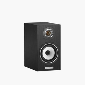 The Titus Ez bookshelf speaker earns its reputation as one the best 'ambassadors' of the Triangle sound. This 30cm tall and 17cm wide compact speaker is an excellent introduction to audiophile sound and includes TRIANGLE's key technologies.