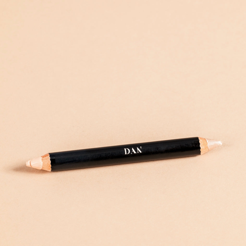 The concealer brow highliter duo is a duo product for sculpting and highlighting the brows or face.