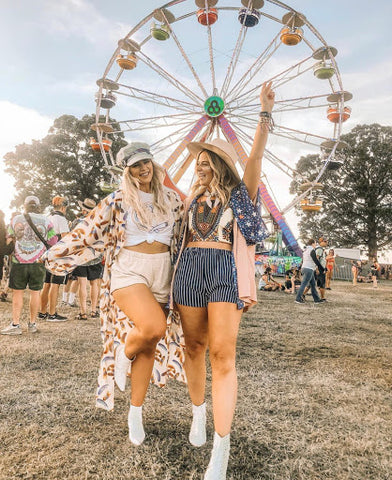 Influencers, Mamie Ruth, Blogger, Kimono, Bonnaroo, Festi, Festival Girl, Friends, Music, High waisted shorts, white booties, graphic tee