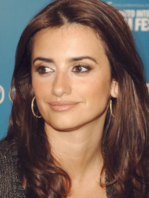 Penelope Cruz wearing the Engraved Hoop Earrings