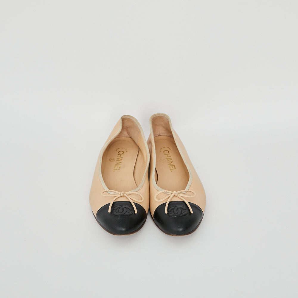 Load image into Gallery viewer, CHANEL two Tone Ballet Flats Sz 38