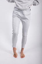 Laden Sie das Bild in den Galerie-Viewer, Elias Rumelis shiny loose fit pants silver grey