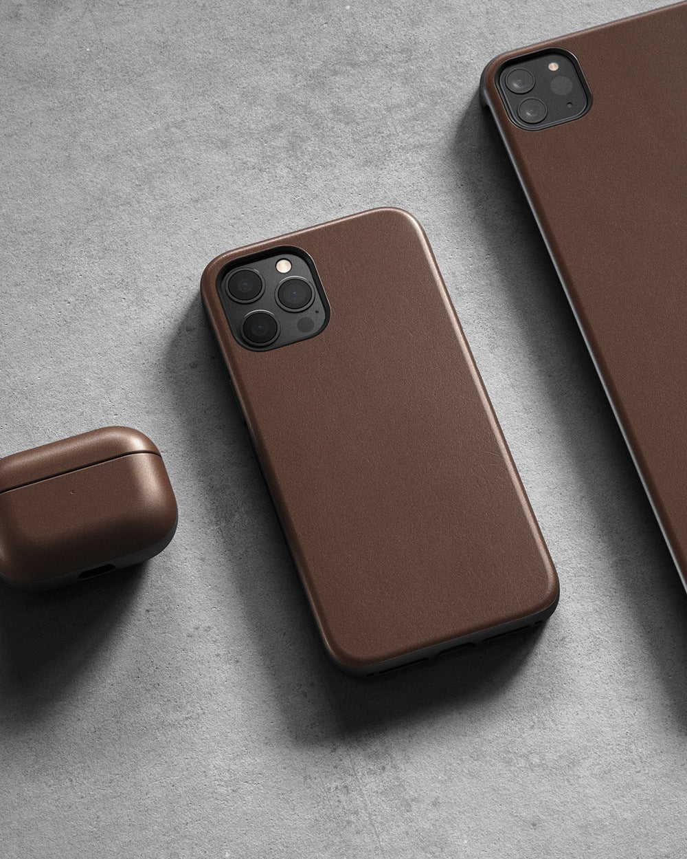 https://cdn.shopify.com/s/files/1/0384/6721/files/iPhone_12_Series_-_Rugged_Case_-_Lifestyle_02_-_Rustic_Brown_Leather_-_MOBILE.jpg?v=1602795153