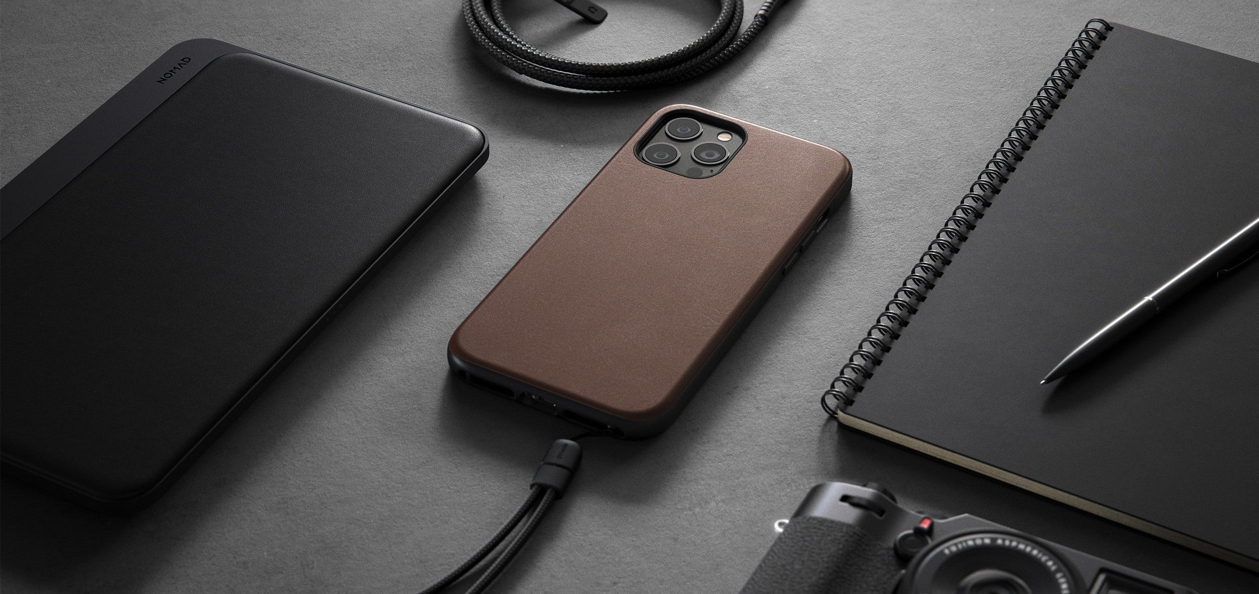 https://cdn.shopify.com/s/files/1/0384/6721/files/iPhone_12_Series_-_Rugged_Case_-_Lifestyle_05_-_Rustic_Brown_Leather_-_DESKTOP.jpg?v=1602795157