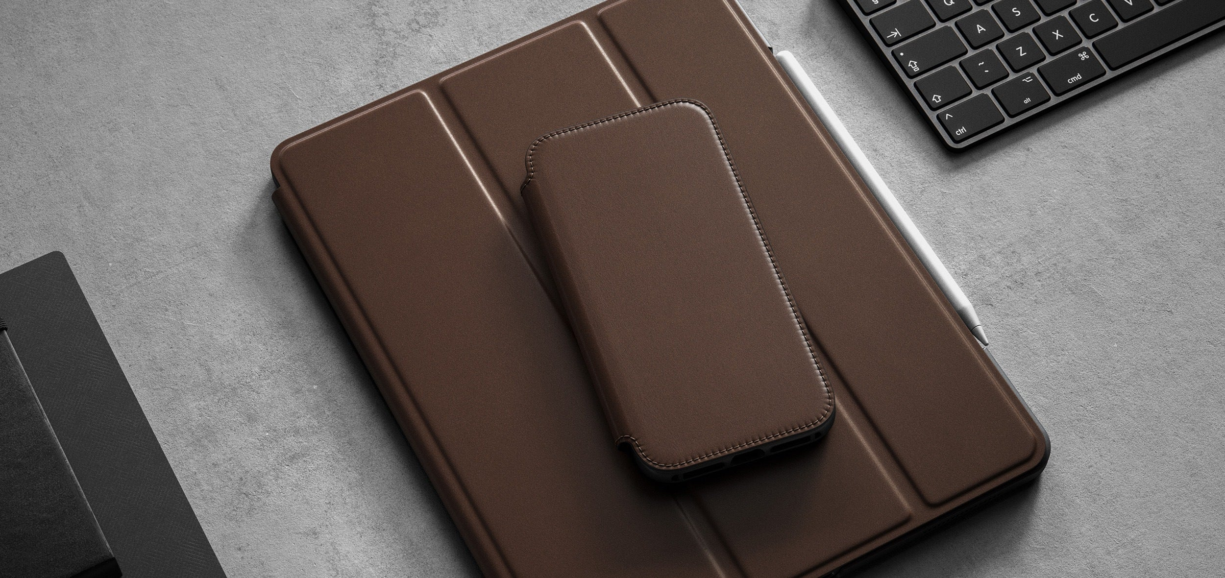 https://cdn.shopify.com/s/files/1/0384/6721/files/iPhone_12_Series_-_Rugged_Folio_Case_-_Lifestyle_04_-_Rustic_Brown_Leather_-_DESKTOP.jpg?v=1602795158