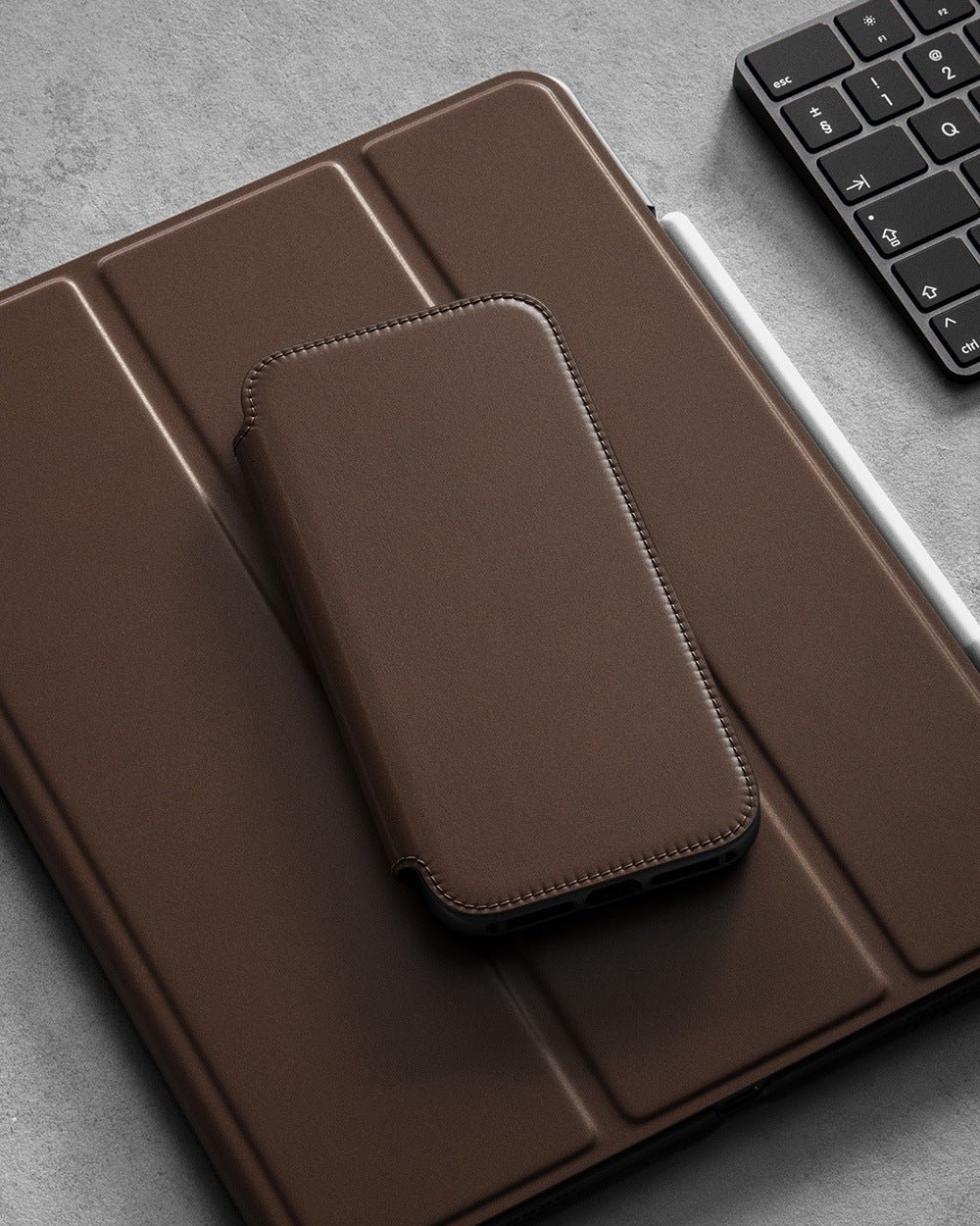 https://cdn.shopify.com/s/files/1/0384/6721/files/iPhone_12_Series_-_Rugged_Folio_Case_-_Lifestyle_04_-_Rustic_Brown_Leather_-_MOBILE.jpg?v=1602795151