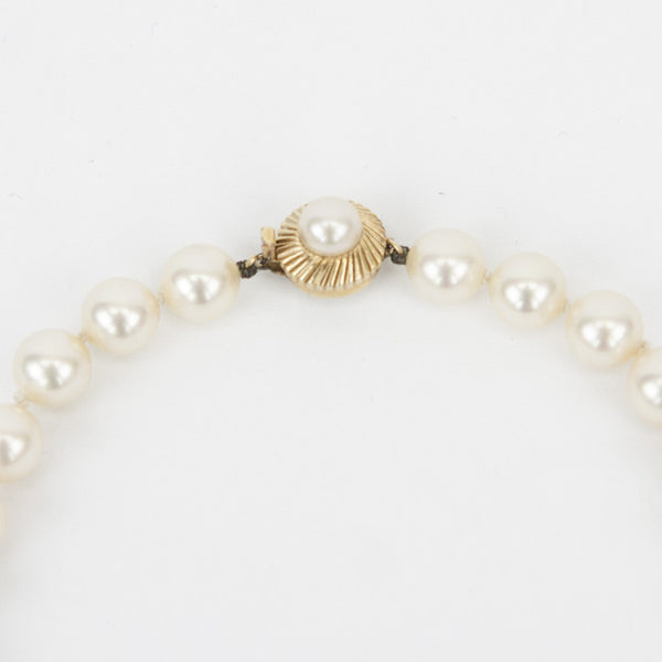 Knotted pearls with gold tone and pearl closure