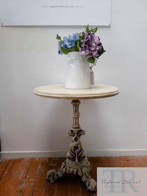 Greta: Heavy set cast iron table