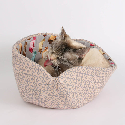 The CAT CANOE cat bed with Ragdoll cat lining fabric