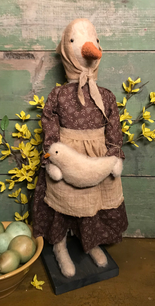 PO-2007 Tall Duck in Brown Dress with Baby