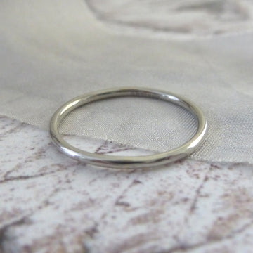 Elegant Band Ring in 18ct White Gold - 1.2mm - Hammered or Smooth