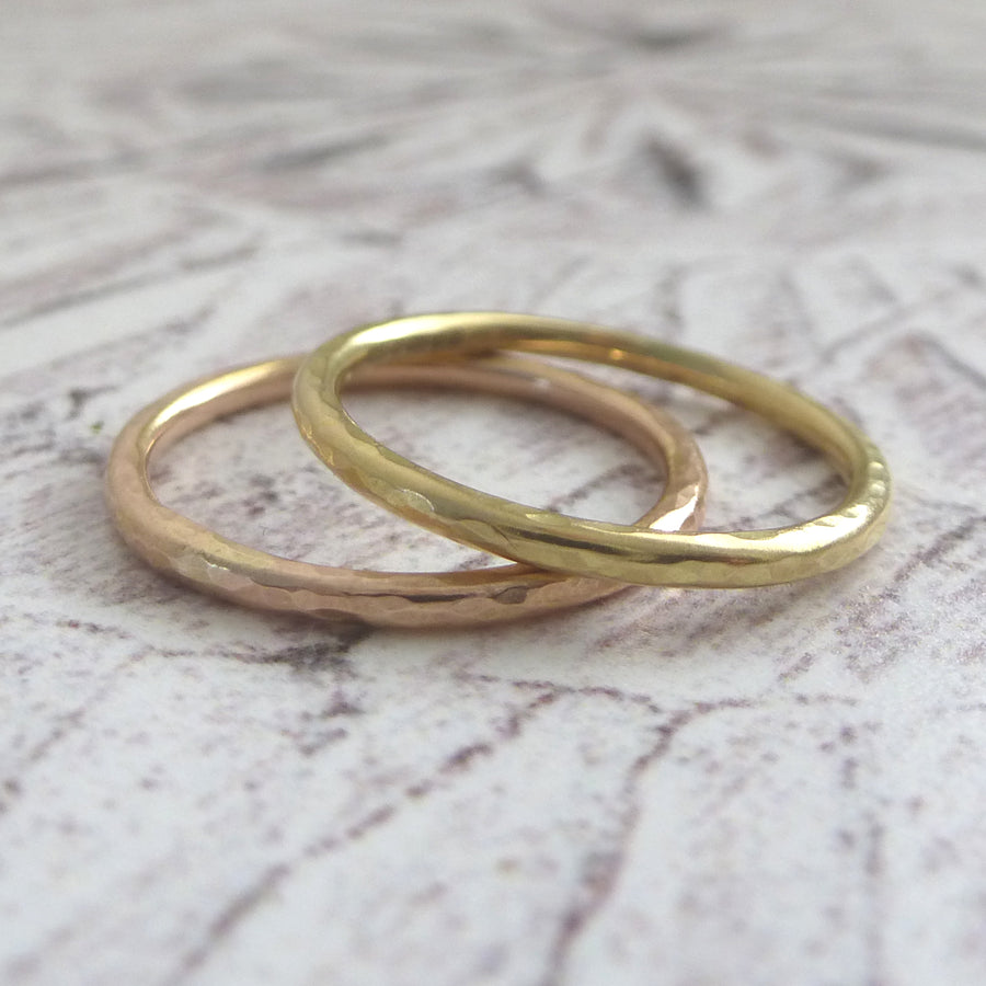 Elegant Band Ring in 18ct Gold - 1.5mm - Hammered or Smooth