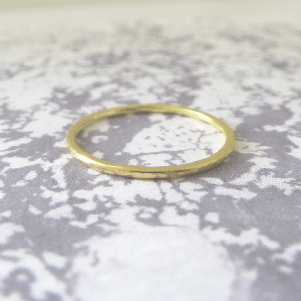Elegant Band Ring in 18ct Gold - 1.2mm - Hammered or Smooth
