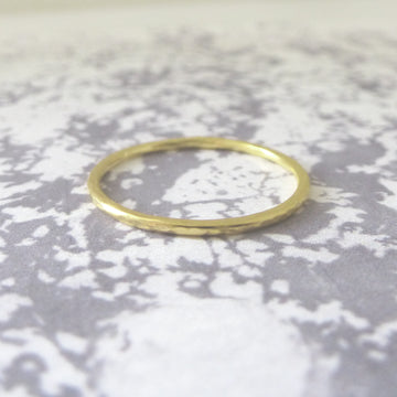 Elegant Band Ring in 18ct yellow Gold - 1.2mm - Hammered or Smooth
