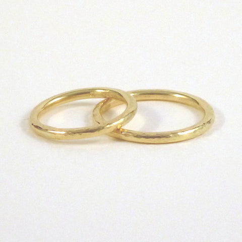 Elegant Band Ring in 18ct Gold - 2mm - Hammered or Smooth