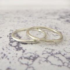 Elegant Band Ring in 9ct Gold - 1.5mm - white - Hammered or Smooth