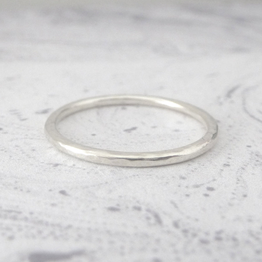 Elegant Band Ring in Sterling Silver - 1.5mm - Hammered or Smooth