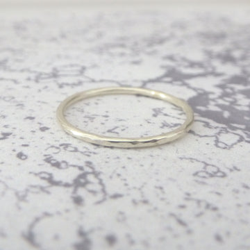 Elegant Band Ring in 9ct Gold - 1.2mm - white - Hammered or Smooth