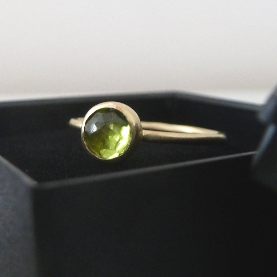 Peridot ring - 9ct yellow gold