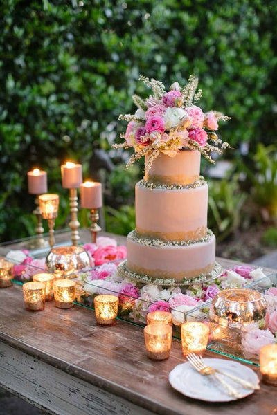 Adorn the cake table with candles of different sizes