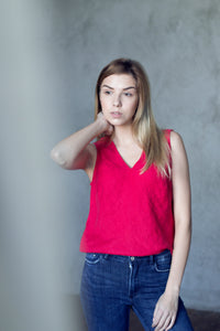 V-NECK LINEN TANK TOP IN GRENADINE